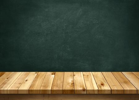 Photo pour Wood table with blackboard background - image libre de droit
