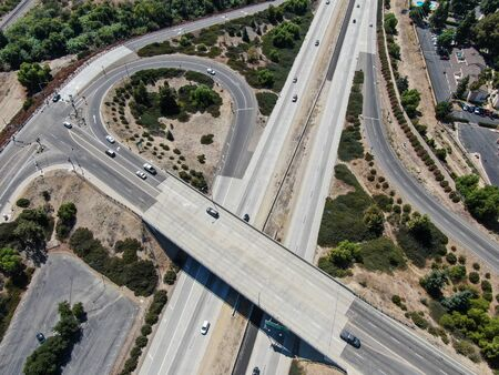 Photo pour Aerial view of highway crossing the little town Moorpark. Ventura County, California - image libre de droit
