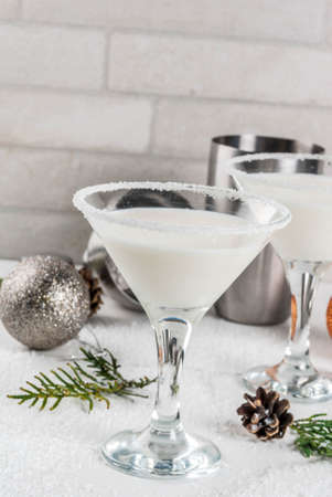Foto de Ideas and recipes for Christmas drink. White Chocolate Snowflake Martini cocktail, on white marble table with Christmas decoration, copy space - Imagen libre de derechos