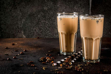 Foto de Asian, Malaysian traditional drink Yuenyeung from tea, coffee, milk, with ice cubes, on dark rusty background copy space - Imagen libre de derechos