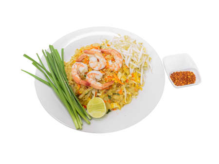 Photo pour Pad Thai, Stir-fried rice noodle with egg, tofu and shrimp isolated on white background. Famous Thai street food in Thailand - image libre de droit