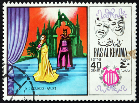 Foto de RAS AL-KHAIMAH - CIRCA 1969: a stamp printed in Ras al-Khaimah shows Faust by Charles Gounod, Scene from Opera, circa 1969 - Imagen libre de derechos
