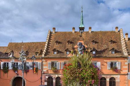 Foto de Town hall square with fountain n Barr, Alsace, France - Imagen libre de derechos