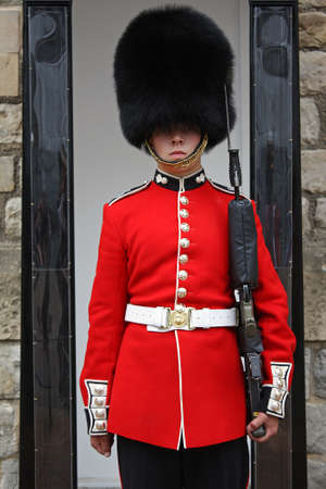 Foto de Queen Guard in Red Uniform. - Imagen libre de derechos