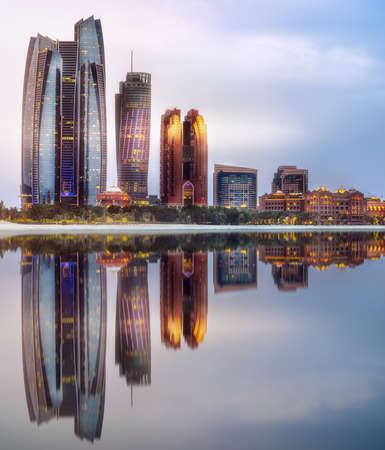 Photo pour View of Abu Dhabi Skyline at sunrise, UAE - image libre de droit