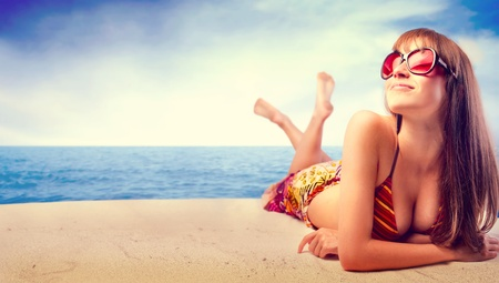 Photo pour Beautiful woman in bikini sunbathing at the seaside - image libre de droit