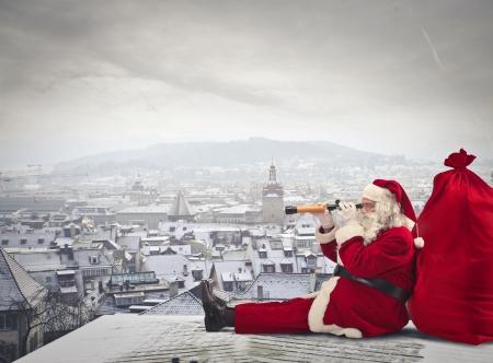 Foto de Santa Klaus looking through a binoculars - Imagen libre de derechos