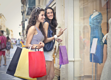 Photo pour Two girls windowshopping - image libre de droit