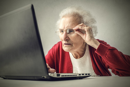 Foto de Elderly woman surfing the Net - Imagen libre de derechos