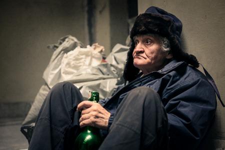 Foto de Homeless man drinking - Imagen libre de derechos