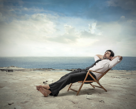 Foto de Businessman relaxing at the beach - Imagen libre de derechos