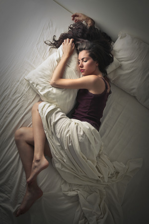 Foto de Beautiful woman sleeping in bed - Imagen libre de derechos