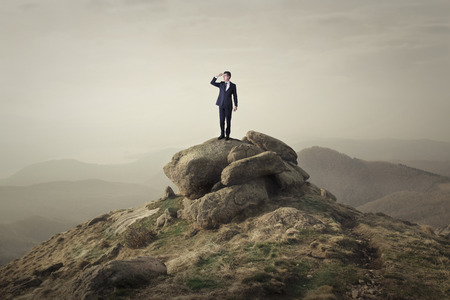 Photo pour Man on top of a rock - image libre de droit