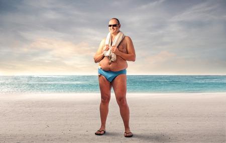 Photo pour Fat man at the beach - image libre de droit