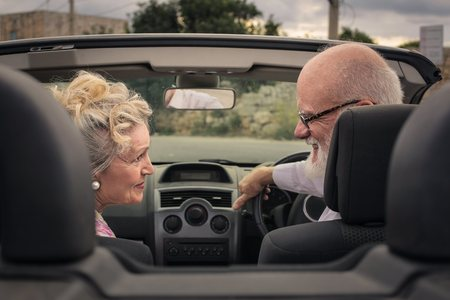 Photo pour Elderly couple in  a car - image libre de droit