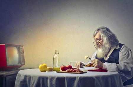Foto de Old man even when having dinner alone - Imagen libre de derechos