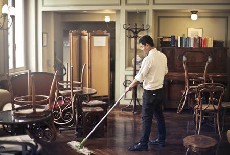 Foto de Manservant cleaning at bar - Imagen libre de derechos