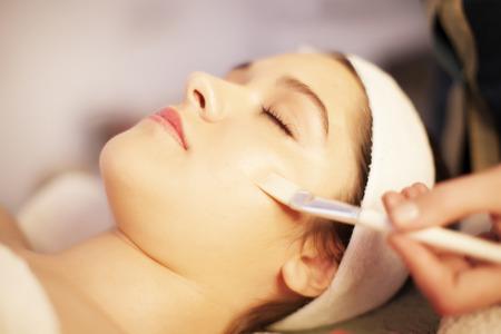 Photo pour Facial mask spa treatment - image libre de droit