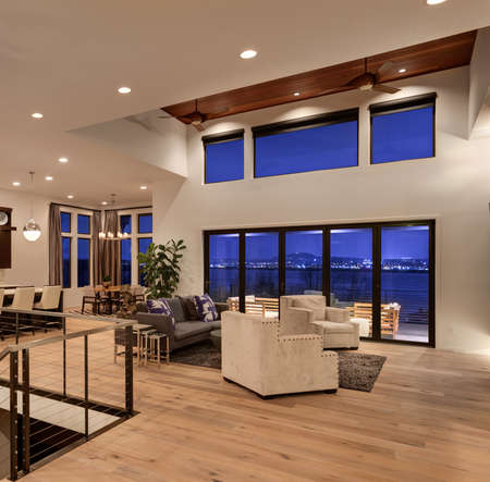 Foto de Beautiful living room with hardwood floors and amazing view at night - Imagen libre de derechos