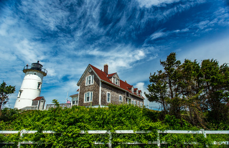 Foto de Nobska Light, or Nobsque Light, also known as Nobska Point Light is a lighthouse located at the division between Buzzards Bay and Vineyard Sound in Woods Hole, Massachusetts on the southwestern tip of Cape Cod, Massachusetts. - Imagen libre de derechos