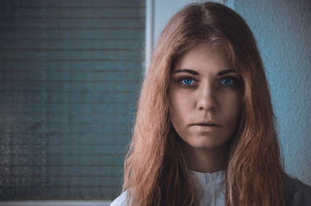 Foto de Disturbing Image of a mentally ill girl portrait photo - Imagen libre de derechos