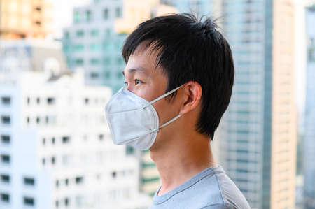 Photo pour Asian man wear mask for air pollution - image libre de droit