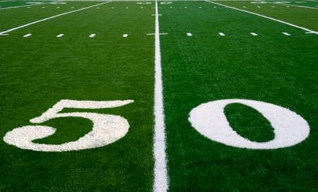 Foto de 50 yard line on an american football field - Imagen libre de derechos