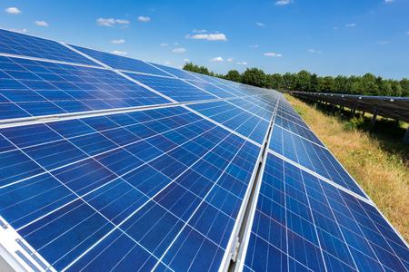 Photo pour Close up of blue solar panels on ground in long straight line - image libre de droit