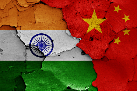 Foto de flags of India and China painted on cracked wall - Imagen libre de derechos