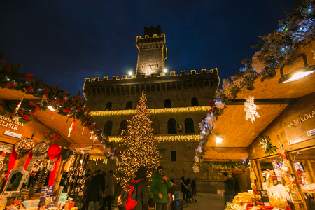 Photo pour Enchanted atmosphere in the beautiful square of Montepulciano with Christmas market and tree - image libre de droit