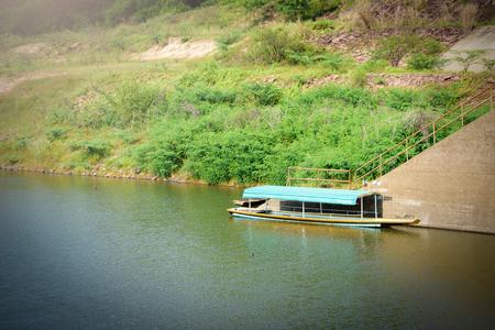 Foto de Passenger boat landing on the river. - Imagen libre de derechos