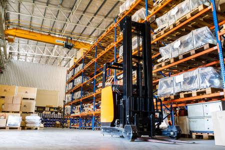Photo pour Modern warehouse with forklifts  - image libre de droit