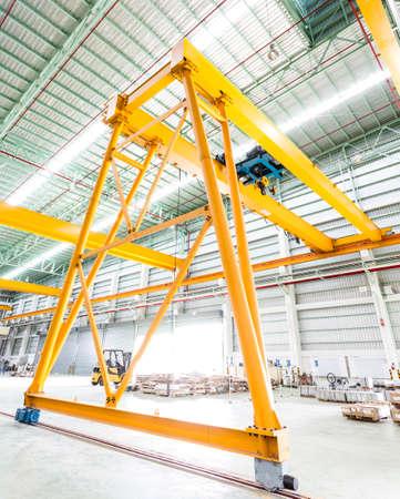Foto de Gantry crane in factory - Imagen libre de derechos
