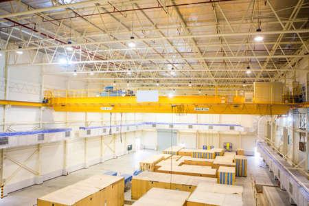 Foto de Factory overhead crane - Imagen libre de derechos