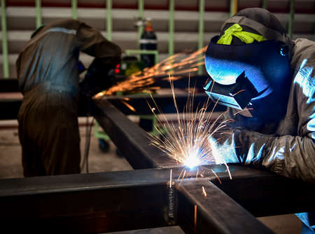 Photo pour Welder in a factory - image libre de droit