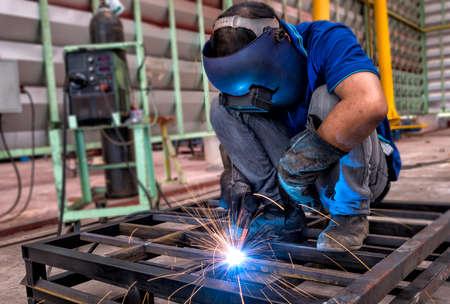 Foto de Worker with protective mask welding metal - Imagen libre de derechos