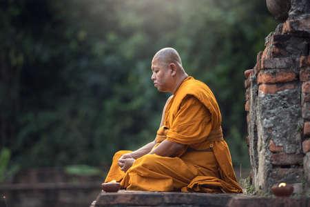 Photo pour Buddhist monk meditation in temple - image libre de droit