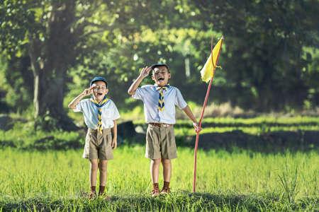 Photo pour Boy scout making an oath - image libre de droit