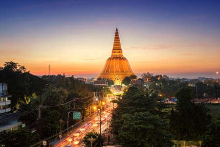 Photo pour Golden pagoda Phra Pathom Chedi sunset of Nakhon Pathom province, Asia, Thailand - image libre de droit