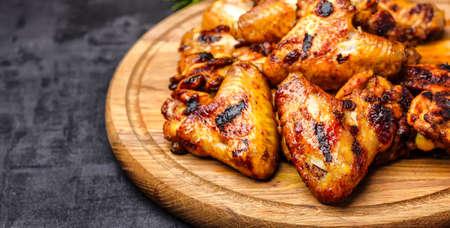Foto de Grilled or oven roasted chicken wings glazed with barbecue sauce - Imagen libre de derechos