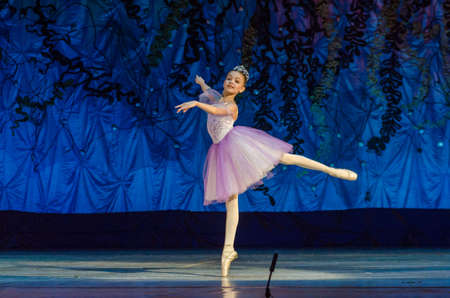 Foto de DNIPRO, UKRAINE - JUNE 17, 2017: An unidentified girl, age 11 years old, performs This eternal ballet tale at State Opera and Ballet Theatre. - Imagen libre de derechos