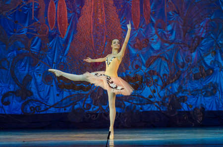 Foto de DNIPRO, UKRAINE - JUNE 17, 2017: An unidentified girl, age 16 years old, performs This eternal ballet tale at State Opera and Ballet Theatre. - Imagen libre de derechos