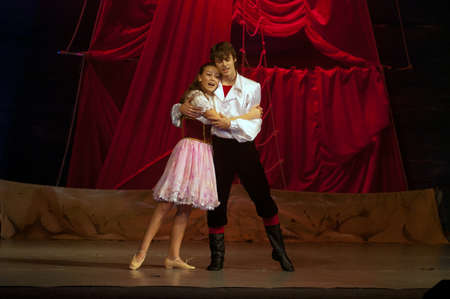 Foto de DNEPROPETROVSK, UKRAINE – DECEMBER 17: Polina Yangel and Mikhail Lin′kov, ages 14 and 15 years old, perform musical spectacle  Red Sails on December 17, 2011 in Dnepropetrovsk, Ukraine - Imagen libre de derechos