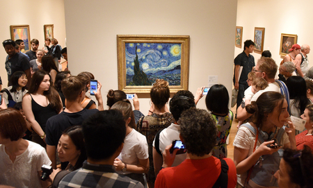 Foto de New York, USA - May 25, 2018: Crowd of people near the Starry Night by Vincent van Gogh painting in Museum of Modern Art in New York City. - Imagen libre de derechos