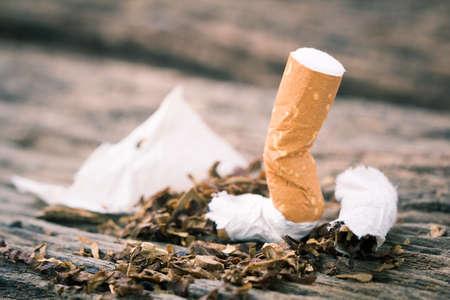 Photo pour cigarette on a wooden table.ligth and color effect. - image libre de droit
