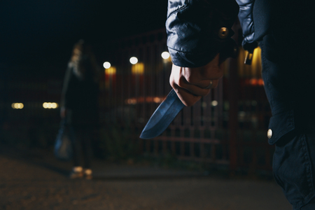 Foto de crime concepts robbery concepts a robber aimed his sharp knife at a woman to rob her valuable things - Imagen libre de derechos