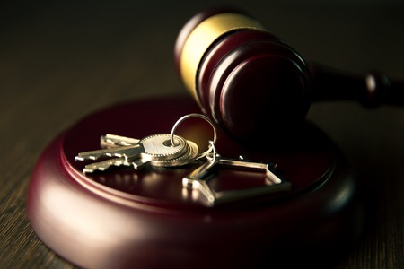 Foto de Gavel wooden and house for home buying or selling of bidding or lawyer of home real estate - Imagen libre de derechos