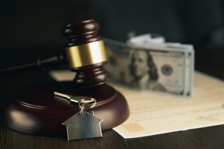 Foto de Gavel wooden and house for home buying or selling of bidding or lawyer of home real estate and auction - Imagen libre de derechos