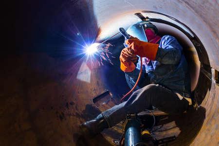 Photo pour Welding inside the pipe - image libre de droit