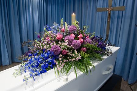 Photo pour A coffin with a flower arrangement in a morgue - image libre de droit